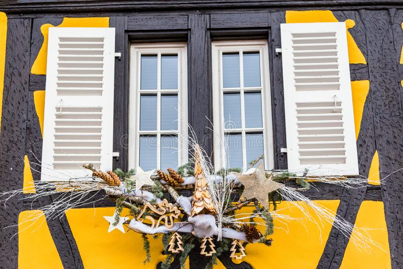 D?corations color?es sur le march? de No?l ? Strasbourg photos stock