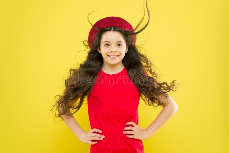D?couvrez la diff?rence D?nommer les cheveux boucl?s Astuce de coiffeur Perfectionnez les boucles Visage mignon d'enfant avec la  photos stock