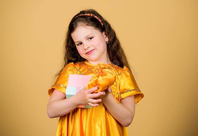 D?a de fiesta del feliz cumplea?os belleza Muchacha que hace compras feliz con la caja Descuento negro de viernes Venta grande Pe fotos de archivo