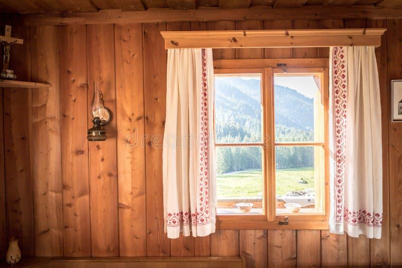 D?a de fiesta en las monta?as: Viejo interior de madera r?stico de una cabina o de una choza imagen de archivo libre de regalías