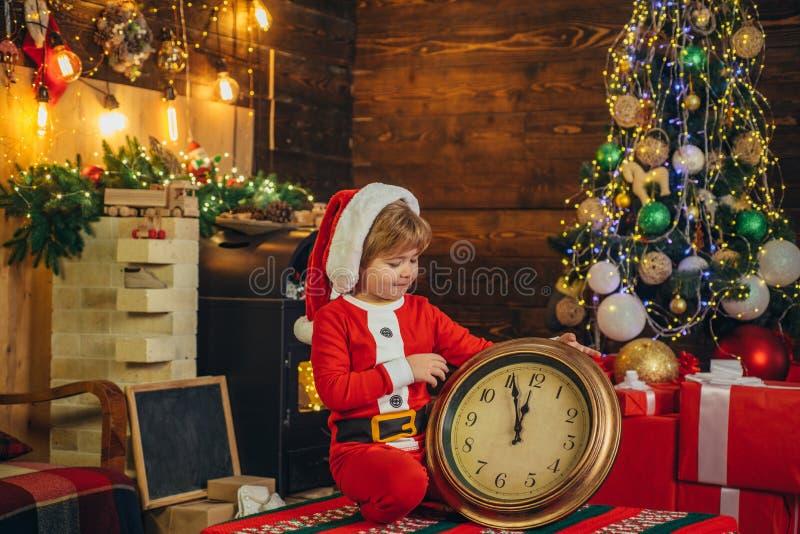 D?a de fiesta de la familia Juego de ni?os del muchacho cerca del ?rbol de navidad Cuenta descendiente del A?o Nuevo Navidad Feli foto de archivo libre de regalías