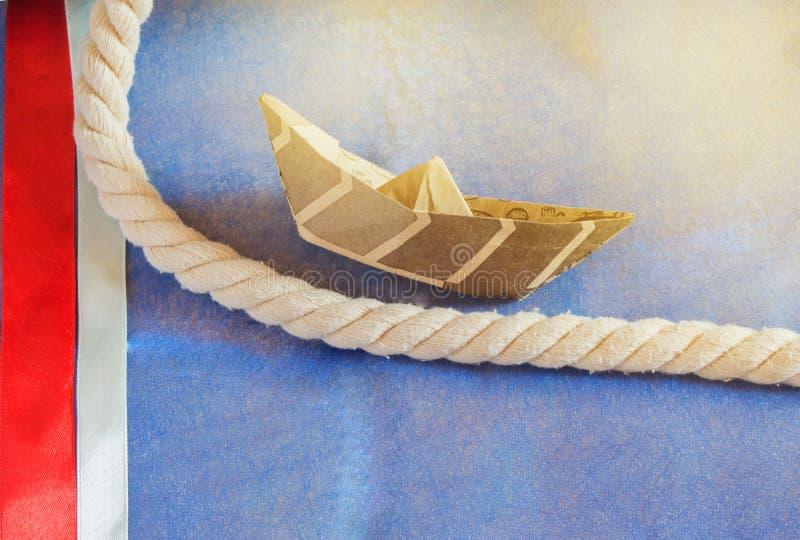D?a de fiesta de los E.E.U.U., barco feliz del papel de Columbus Day en fondo azul y decoraci?n de la cinta, LUZ SOLAR foto de archivo libre de regalías