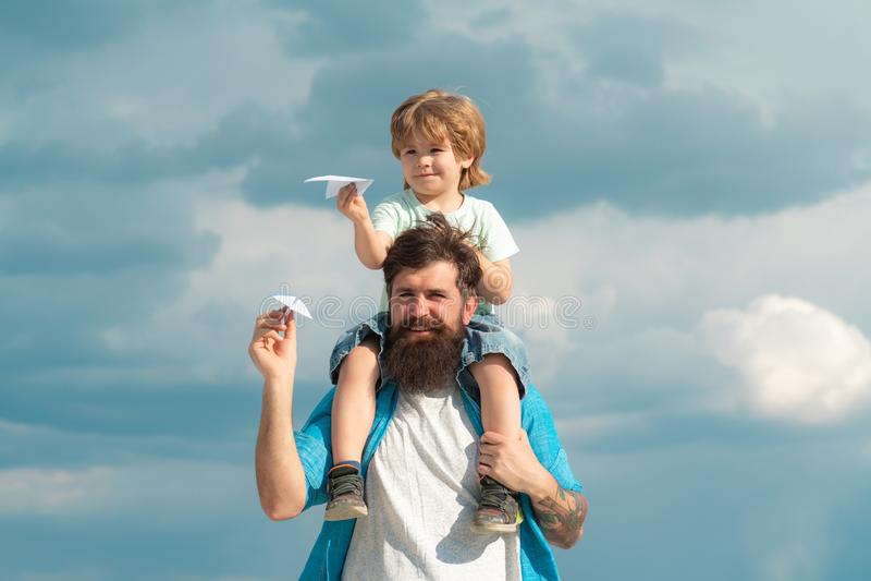D?a de fiesta y unidad de la familia Padre e hijo junto Papá e hijo que sonríen y que abrazan fotos de archivo