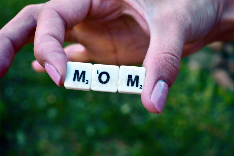 D?a de la madre Amor a la madre Los niños presentaron a la MAMÁ de las letras foto de archivo libre de regalías