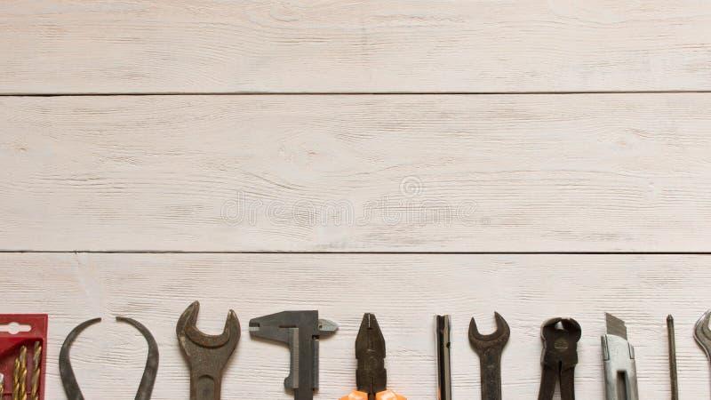 D?a del Trabajo Diversas herramientas en un fondo de madera ligero Espacio vac?o del texto imagenes de archivo