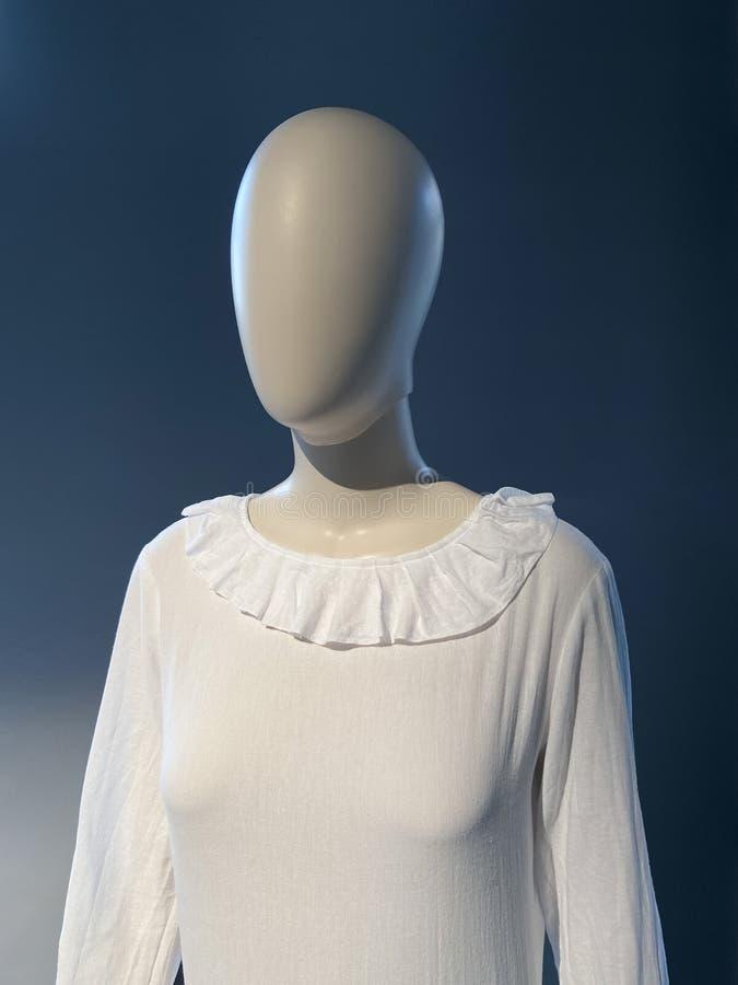 3D dummy foto van vrouwelijk mannequin in een witte jurk stock foto