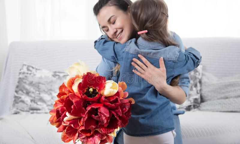 D?a feliz del `s de la madre Poco hija linda con su madre foto de archivo libre de regalías