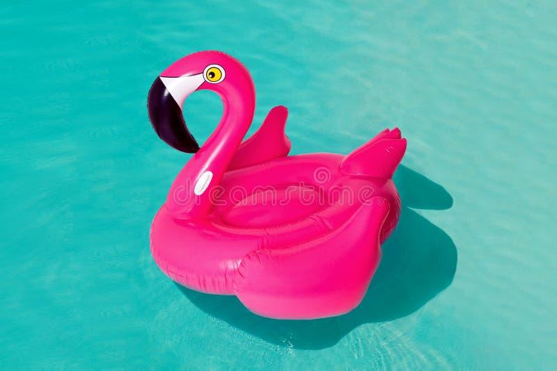 3d flamingo cor-de-rosa, anel inflável da piscina da forma tropical do pássaro, tubo, flutuador Objeto de borracha do feriado das fotografia de stock