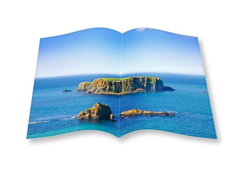 3D framför av en öppnad fotobok med en liten stenig ö i t stock illustrationer