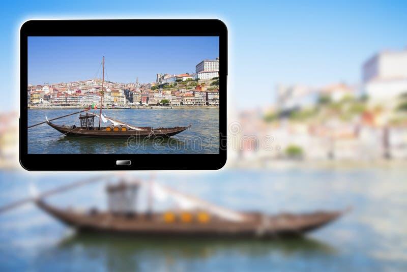 3D framför begreppsbild med en digital minnestavlauppvisning typiska portugisiska träfartyg som kallas Barcos Rabelos som används fotografering för bildbyråer