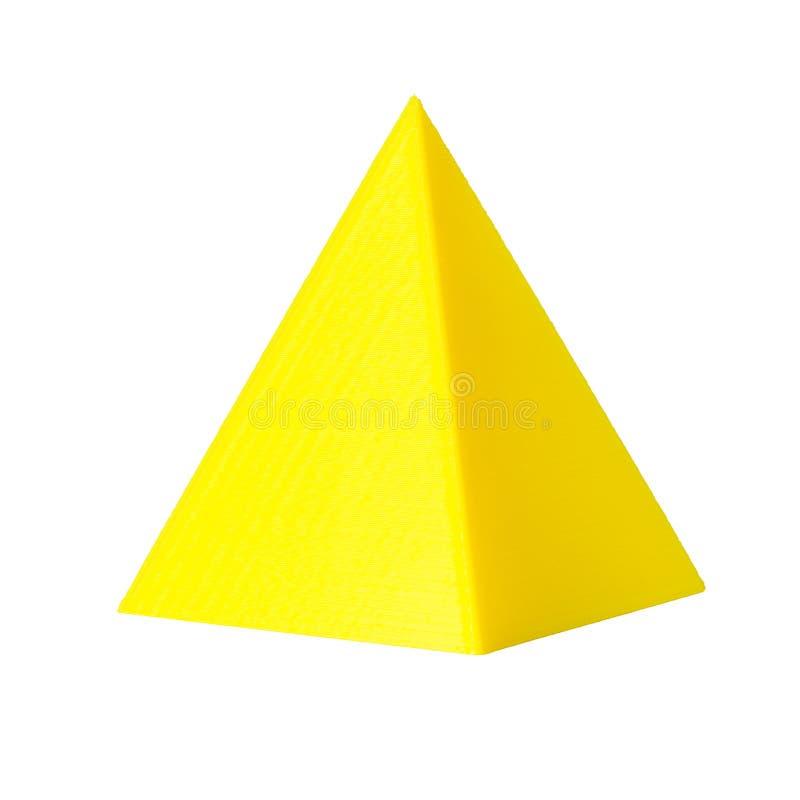 3d gedrukt model van pyramide van gele printergloeidraad Geïsoleerd op wit stock foto's