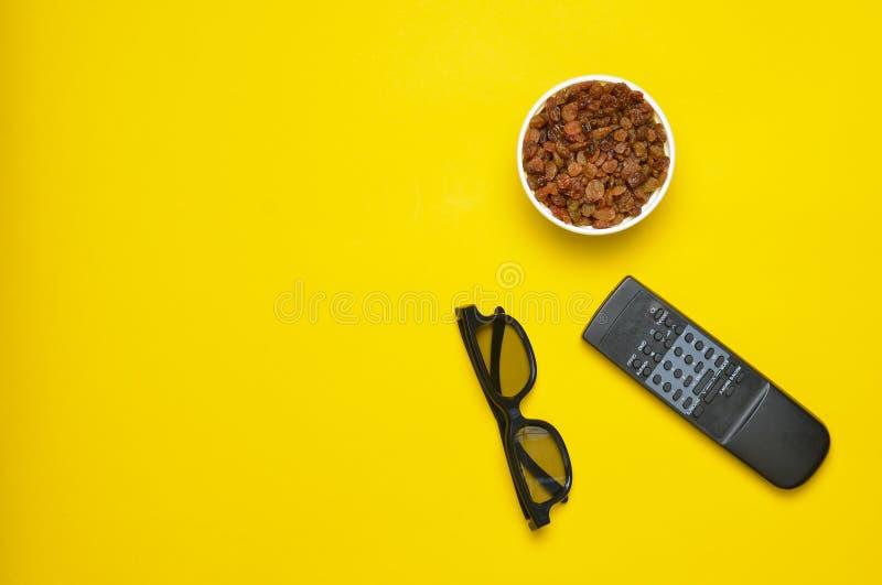 3d glazen, verre TV, kom met rozijnen op een gele achtergrond, hoogste mening royalty-vrije stock fotografie