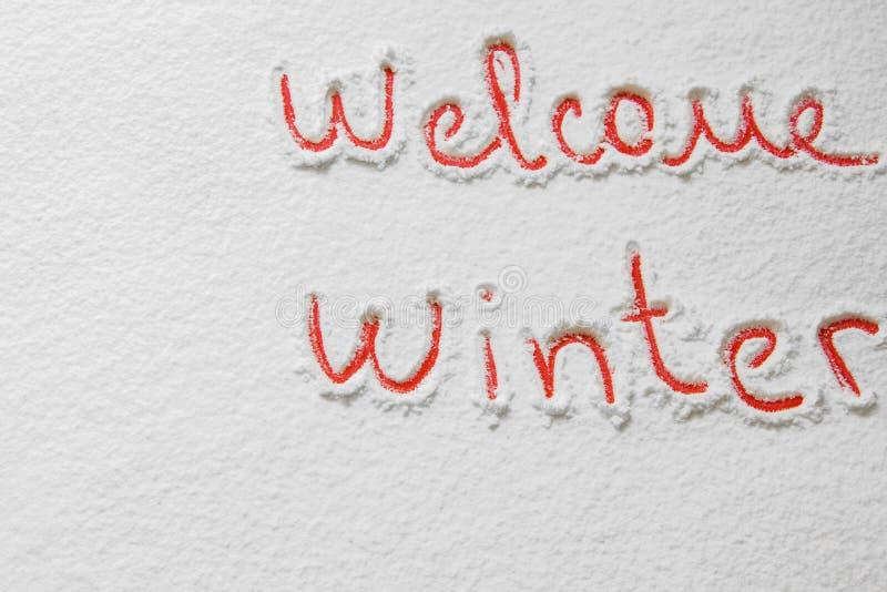 ` D'hiver d'accueil de ` des textes écrits sur la neige photos stock