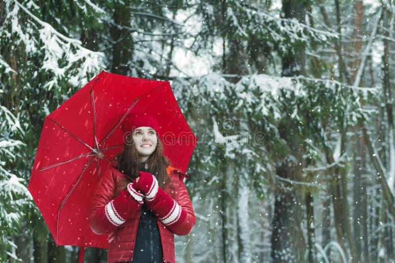 D'hiver portrait dehors de femme gaie dans chaud photos stock