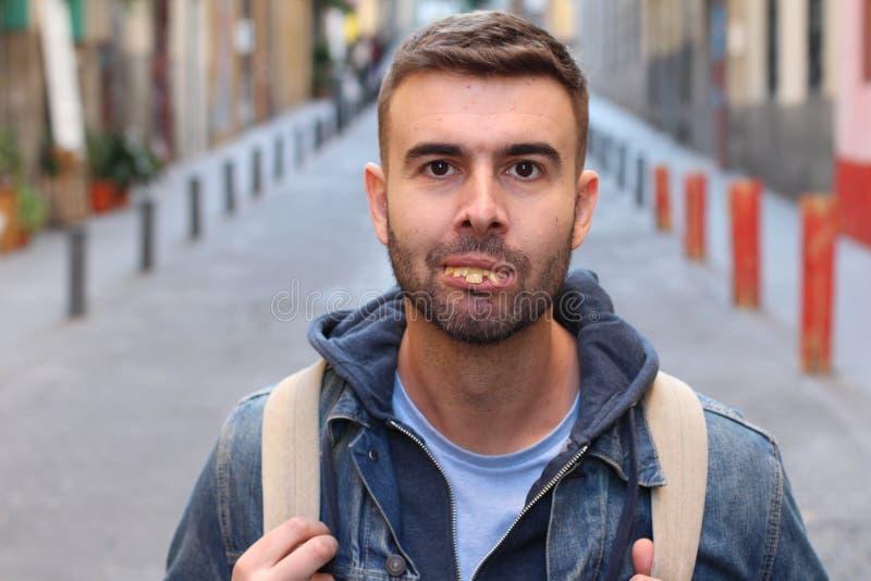 D'homme étrange avec les dents vraiment mauvaises photo libre de droits