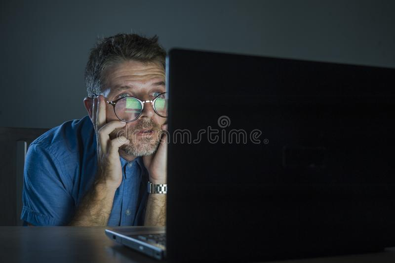 D'homme malpropre et soumis à une contrainte étrange dans le fonctionnement en verre de ballot dans l'effort utilisant l'Internet image stock