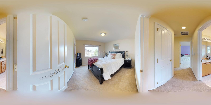 3d illustratie sferische 360 graden, een naadloos panorama van slaapkamer met het bed van de koningsgrootte stock fotografie