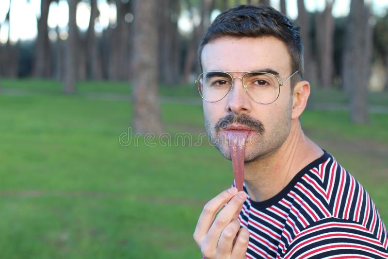 D'image étrange de l'homme étirant sa langue  image stock