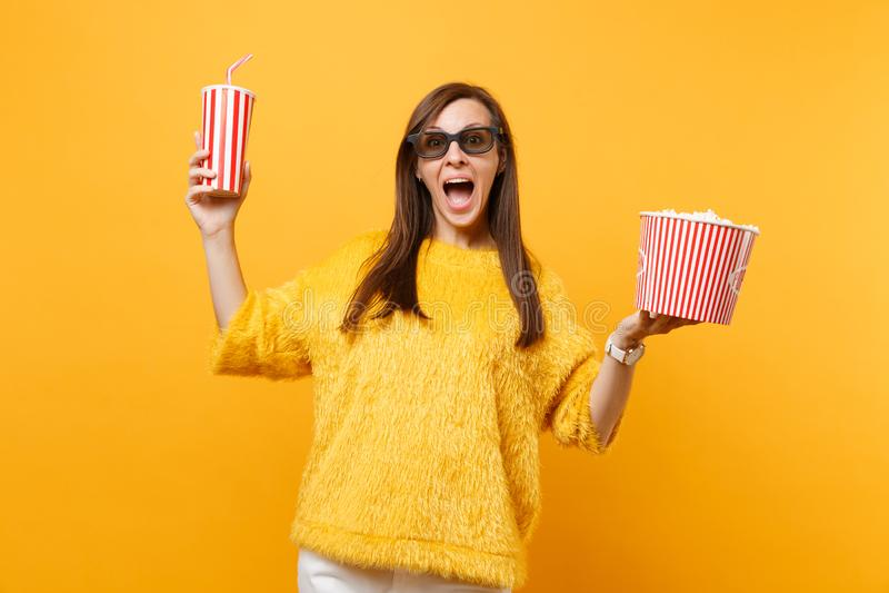 3d imax玻璃电影影片的激动的愉快的年轻女人,拿着桶玉米花和塑料杯子可乐或 免版税库存图片