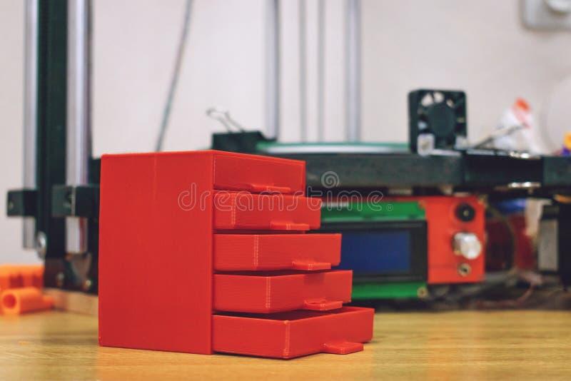 3D a imprimé la raboteuse en plastique rouge sur le fond de l'imprimante 3d tridimensionnelle modèle de meubles imprimé sur trois photo stock
