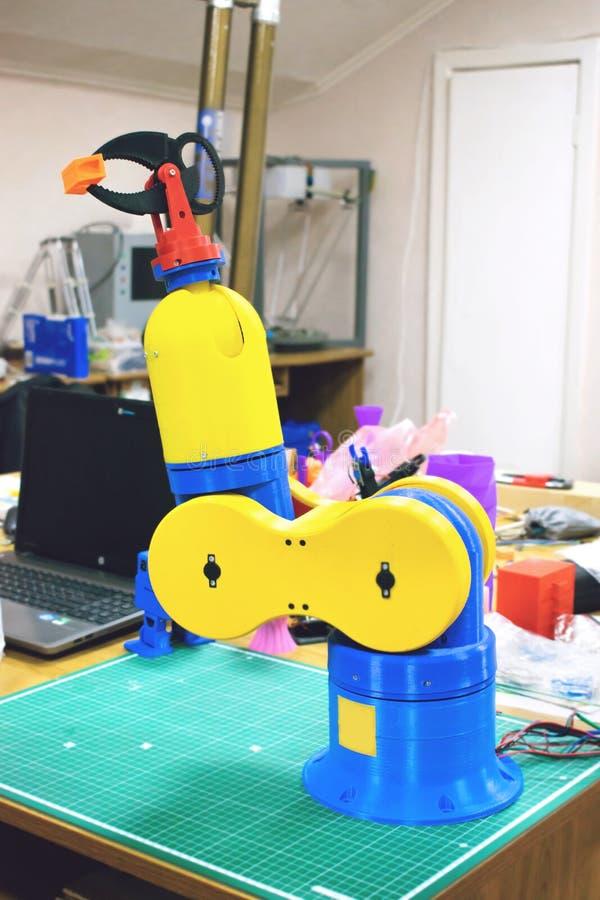 3D imprimiu a braçadeira do robô, braço, suporte Manipulador plástico, máquina-instrumento robótico da mão impressa na impressora fotografia de stock