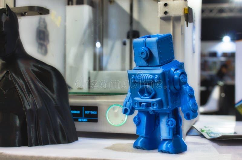 3D imprimiu o modelo do robô ao lado de uma impressora 3d fotografia de stock
