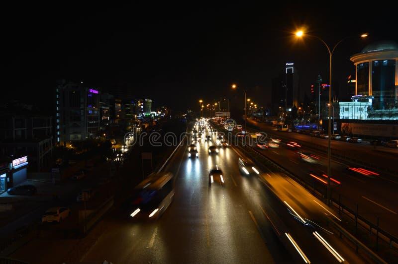 D100 Indyczy Istanbu? Maltepe Esenkent autostrada, ruch drogowy no jest intensywna Nocy strzelanina obraz royalty free