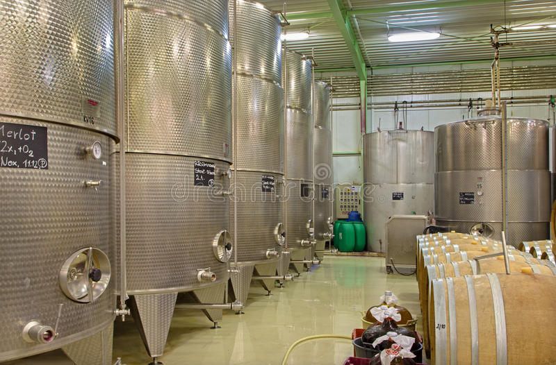 D'intérieur producteur slovaque de fabricant de vin du grand. Grand tonneau moderne pour la fermentation. photo stock