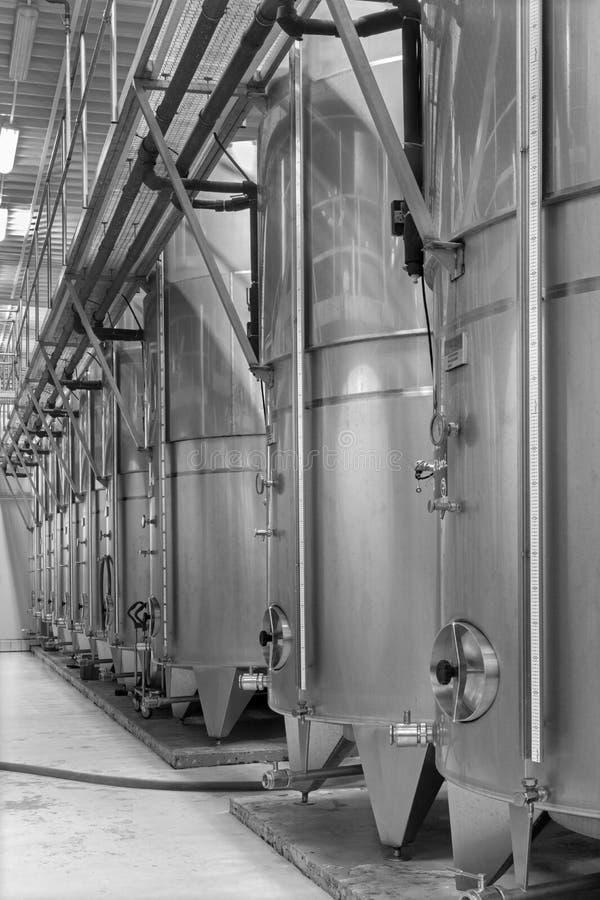D'intérieur producteur slovaque de manu de vin du grand…. Grand tonneau moderne pour la fermentation. photographie stock libre de droits