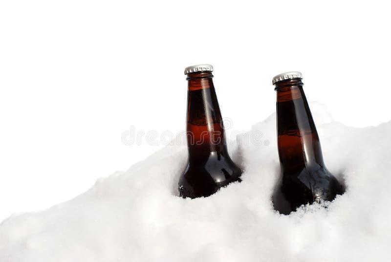 D'isolement deux bières dans la neige photographie stock