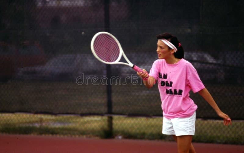 d'isolement jouant des jeunes de femme blanc de tennis photographie stock