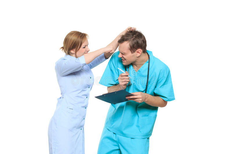D'isolement sur le blanc le docteur jure l'infirmière Il crie et le bat images stock