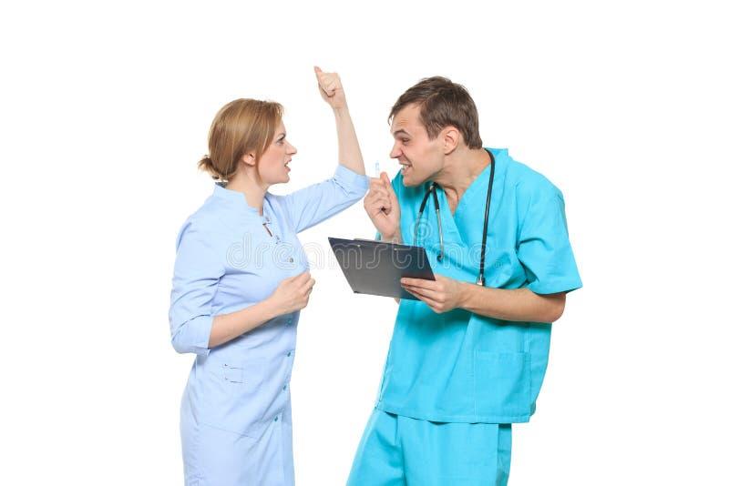D'isolement sur le blanc le docteur jure l'infirmière Il crie et le bat image stock