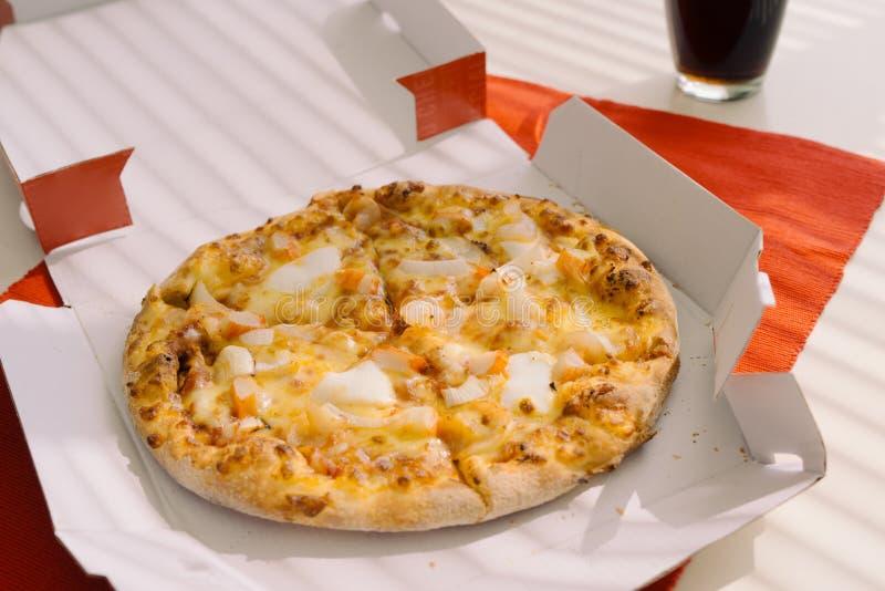 D?jeunent le temps, pizza dans une bo?te ouverte sur la table photo stock