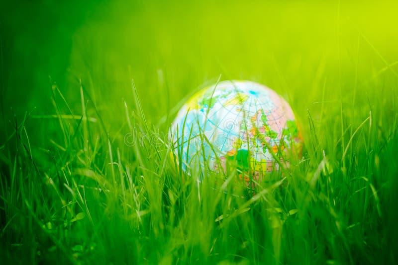 3d kuli ziemskiej trawy rendering ziemski dzień, środowiska pojęcie obrazy royalty free
