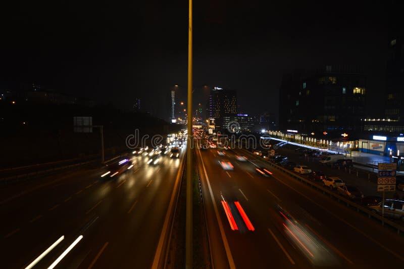 D100 la carretera Turqu?a Estambul Maltepe Esenkent, tr?fico no es intensiva Tiroteo de la noche fotos de archivo