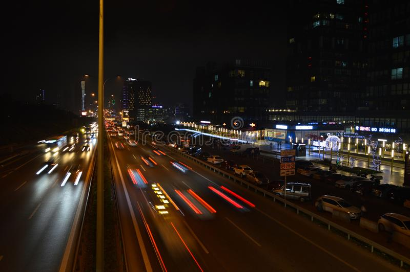 D100 la carretera Turqu?a Estambul Maltepe Esenkent, tr?fico no es intensiva Tiroteo de la noche fotos de archivo libres de regalías