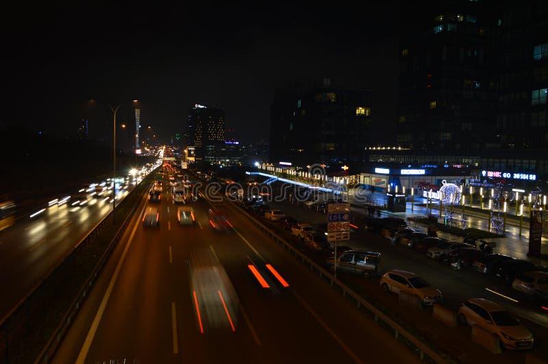 D100 la carretera Turqu?a Estambul Maltepe Esenkent, tr?fico no es intensiva Tiroteo de la noche imagen de archivo