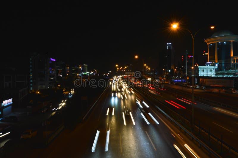 D100 la route Turquie Istanbul Maltepe Esenkent, le trafic n'est pas intensive Tir de nuit image libre de droits