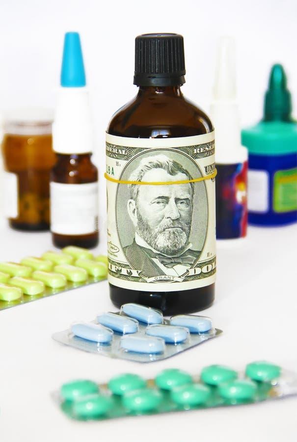 D?lar em uma garrafa da medicina no fundo de drogas m?dicas foto de stock royalty free