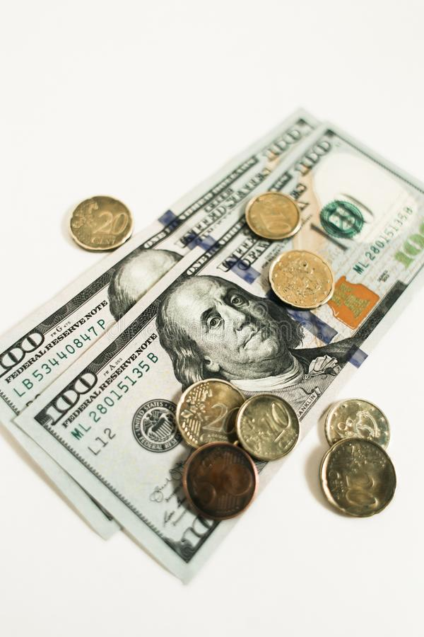 D?lares e centavos isolados no fundo branco fotografia de stock royalty free