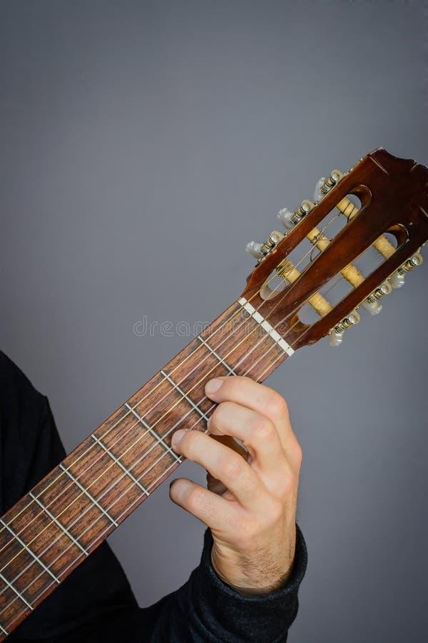 D Major Chord spelade vid gitarristen på den klassiska akustiska gitarren arkivfoto