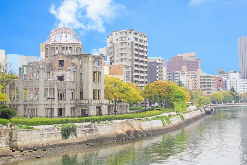 Dôme atomique et la vue de rivière à Hiroshima photographie stock