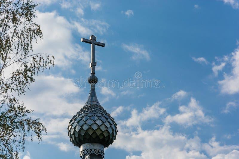 Dôme avec une croix sur la chapelle du ressort saint de St Leonti photographie stock libre de droits