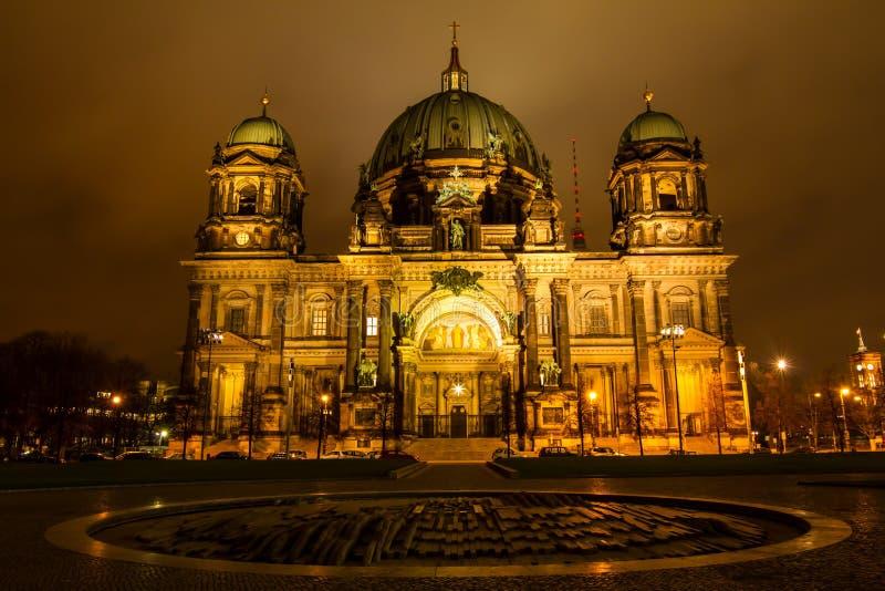 Dôme berlinois la nuit photo libre de droits