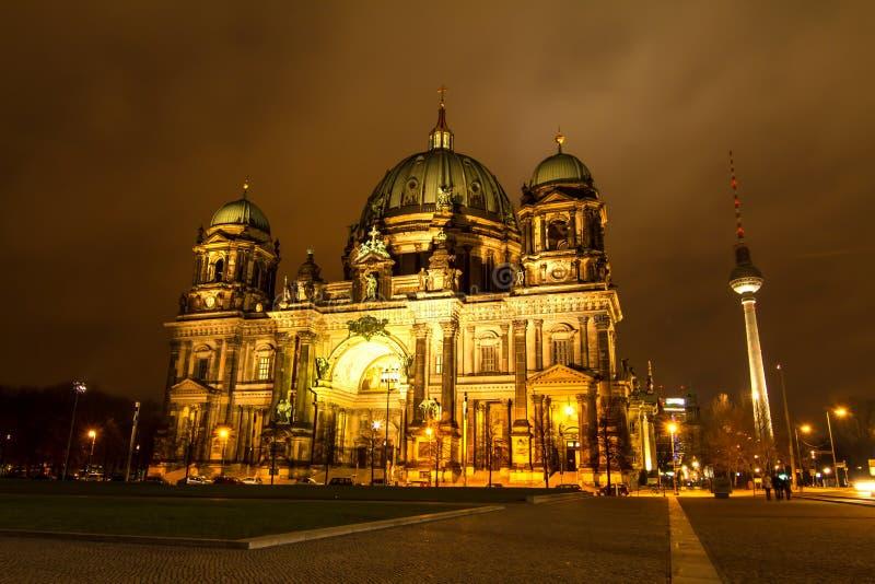 Dôme berlinois la nuit images stock
