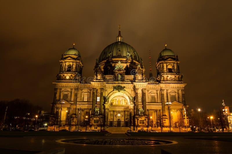 Dôme berlinois la nuit image libre de droits