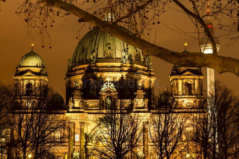 Dôme berlinois la nuit image stock