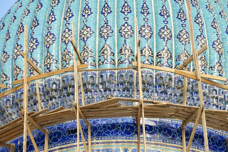 Dôme du beau mausolée médiéval du poète et du sufi du 12ème siècle célèbres Khoja Ahmed Yasavi dans l'échafaudage dans Turkistan, photographie stock libre de droits