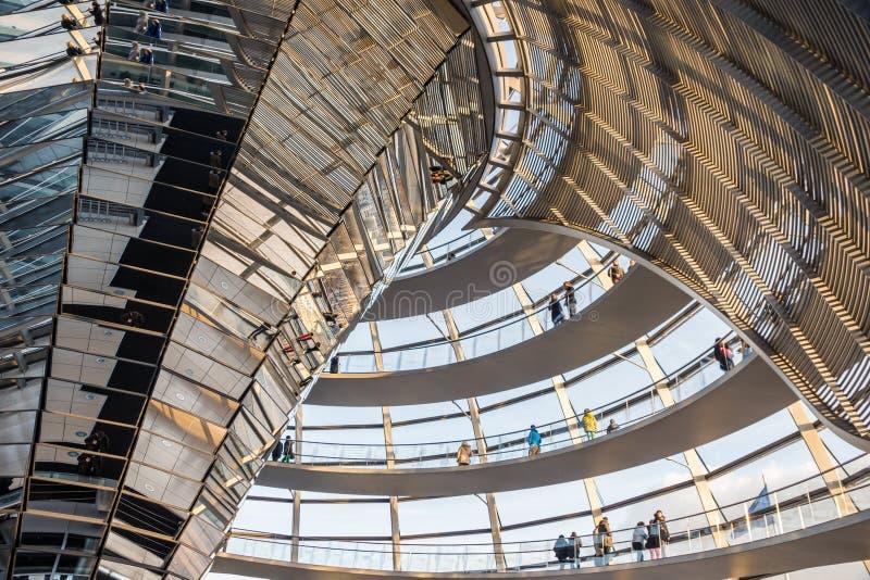 Dôme en verre de Reichstag du Parlement à Berlin (Bundestag) images libres de droits